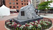 hòn đá là biểu tượng của nơi nương tựa vững chắc
