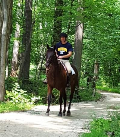 """Gặp một nữ kỵ mã, tôi nhớ đến bài hát. """"Ngựa chị dừng bên thác trong veo. Lòng chị buồn như nắng qua đèo. Nơi đây lá dạt vương chân ngựa. Hươu chạy quay đầu theo ngó theo"""