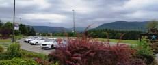 Tình cờ dừng chân ở trạm này cũng là nơi dừng chân hồi tháng trước lúc đi chơi Toronto. Rặng núi đẹp vô cùng