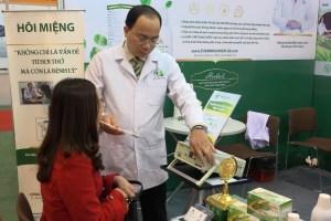 Thầy thuốc Nguyễn Thanh Tuấn đo nồng độ hôi miệng cho bệnh nhân ở xa