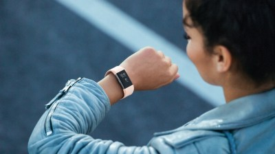 Fitness náramky v prodejích jednoznačně vedou nad chytrými hodinkami