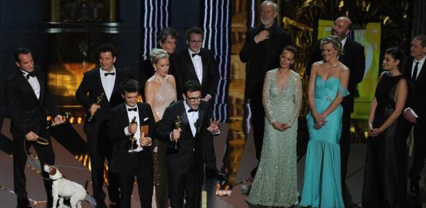 Produtor Thomas Langmann, diretor Michel Hazanavicius e elenco de O Artista sobem no palco após a vitória do filme no Oscar 2012 (27/2/12)