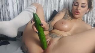 Im Cam Livechat eine riesige Gurke gefickt!