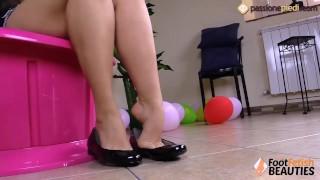 La mora a piedi nudi gioca con le ballerine