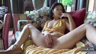 Asian Girl plays the piano and pisses at the garden (Kylie_NG)