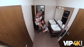 VIP4K. Hunter si scopa una splendida rossa nel bagno pubblico