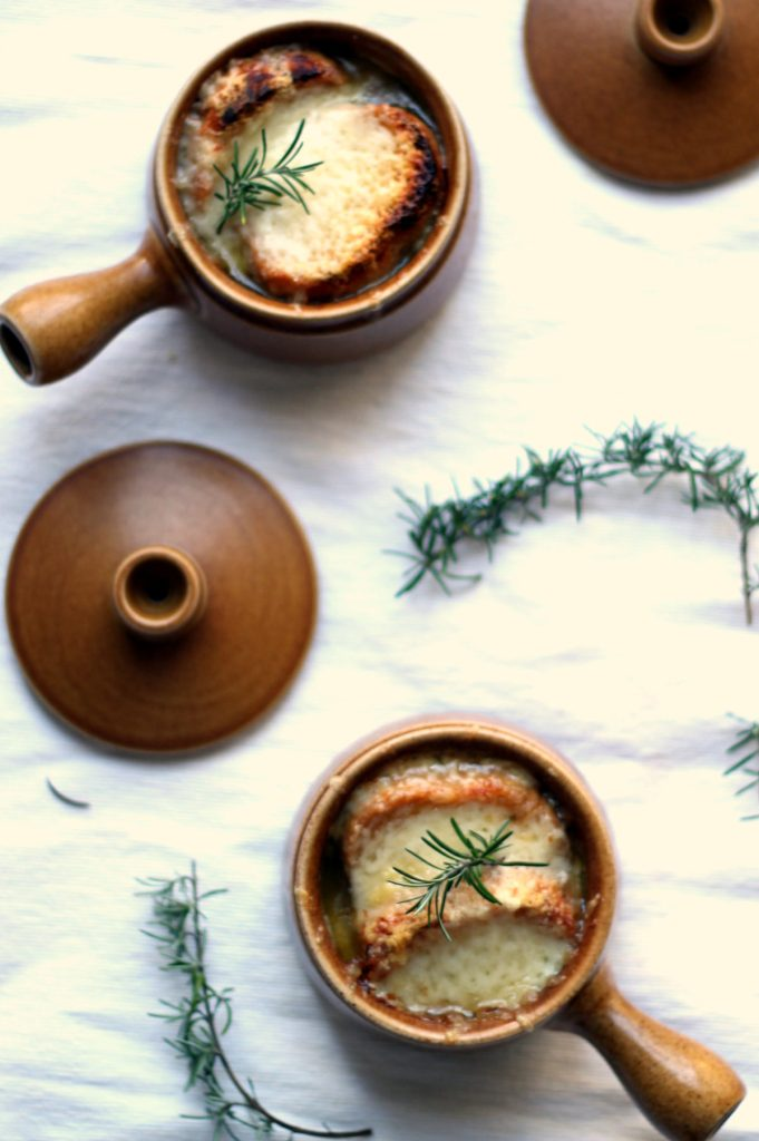 This vegetarian French onion soup has a couple tricks up its sleeve! // @ciaoveggie