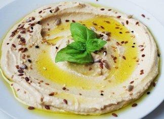 Piatto di hummus di ceci: ricetta e proprietà benefiche per la salute.
