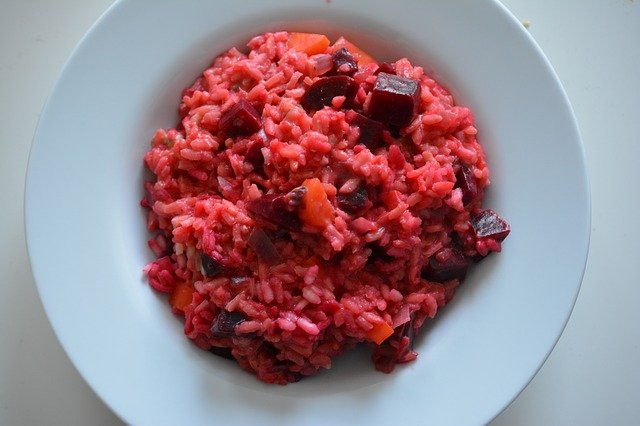 Risotto alla barbabietola rossa e carote: ricetta senza brodo. Come si prepara? Ricetta con il riso per mangiare sano. Ricette sane: il riso con la barbabietola.
