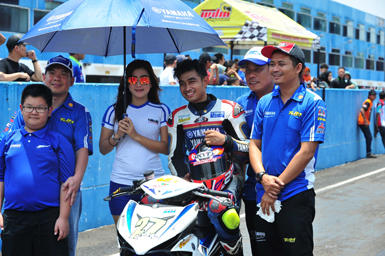 R Fadhil juara nasional kelas 150cc Indonesia Road Racing Championship di garis start Seri 5 di Sentul International Circuit
