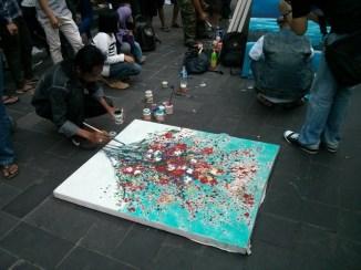 Pelukis jalanan pertama yang pertama gue lihat. Suka banget komposisi warnanya.