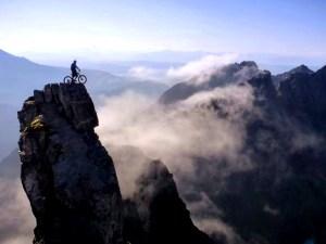 ciclista sulla roccia