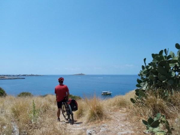 in bici sulla costa in Sicilia