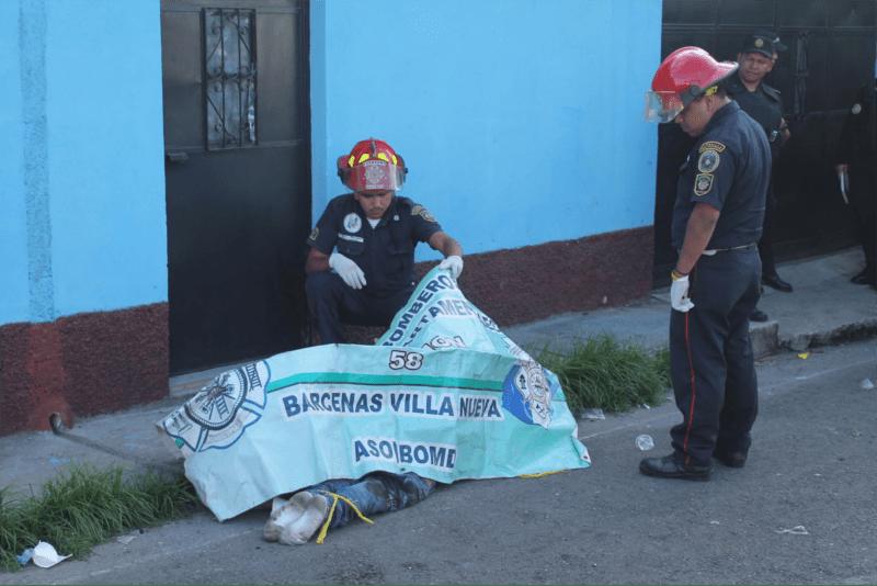 Cadáveres de dos hombres que fueron encontrados en las calles de San José Villanueva el 15 de mayo del 2014. Ambos fueron asesinados de la misma manera.