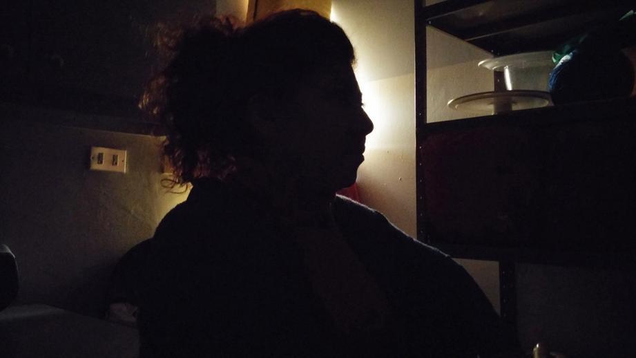 Imagen en sombra de Lucy, quien fue víctima de trata, narrando su historia.