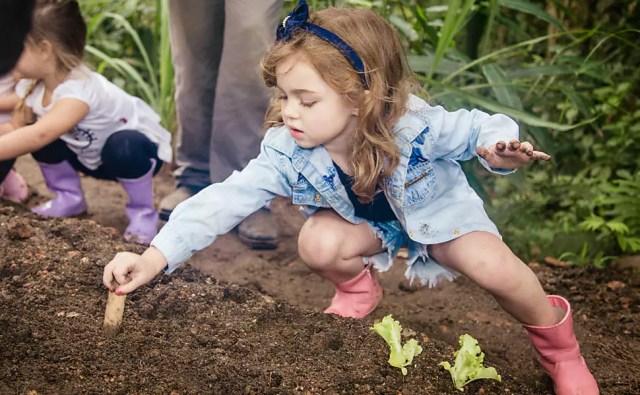 Condomínio de luxo incentiva crianças a participarem de horta comunitária