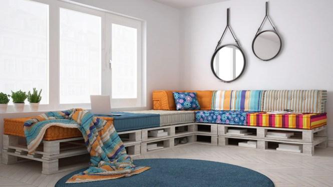 As almofadas coloridas, além do conforto, trazem um ambiente mais alegre. Os espaços entre a madeira ainda servem para armazenar livros e outros itens que o morador desejar.