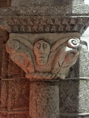 Curiosa figura nun capitel de Santa María do Castelo