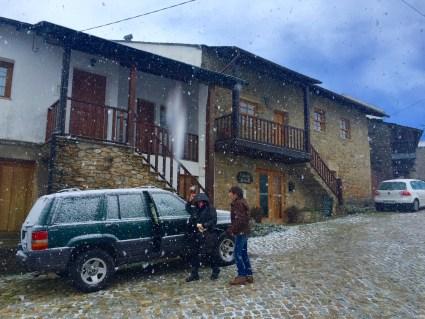 Comeza a nevar diante da Casa da Edra