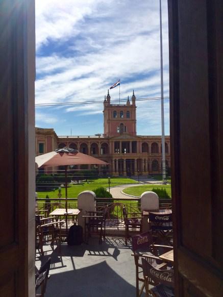 Sede do Goberno Nacional dende a cafetería do centro cultural Manzana de la Rivera