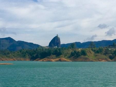 Vista do Peñón del Peñol dende o encoro de Guatapé