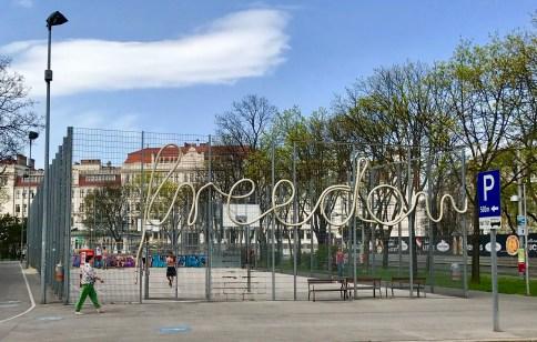 Mensaxe positiva nunha zona de xogos de Viena (Austria)