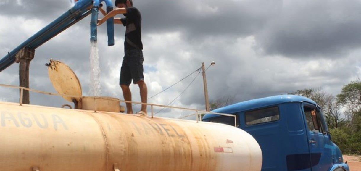Com barragens secas, poceiros lucram com venda de água no PI