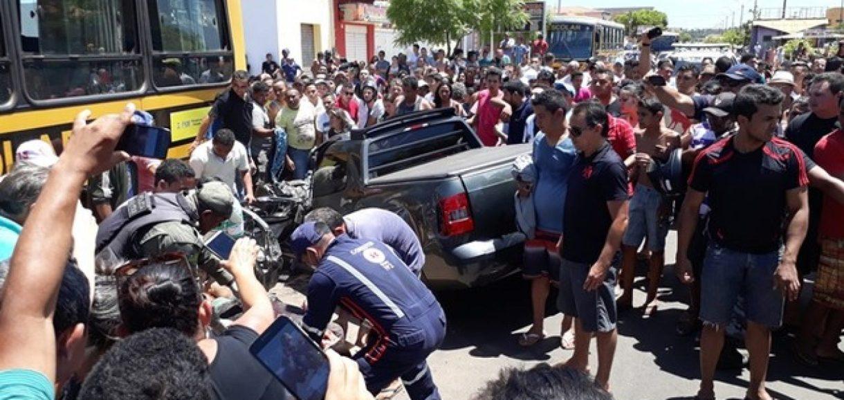 Carro desgovernado mata duas pessoas e só para depois de bater em ônibus escolar no Piauí