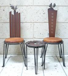 小ぶりでセンスの良い椅子とテーブルのセット