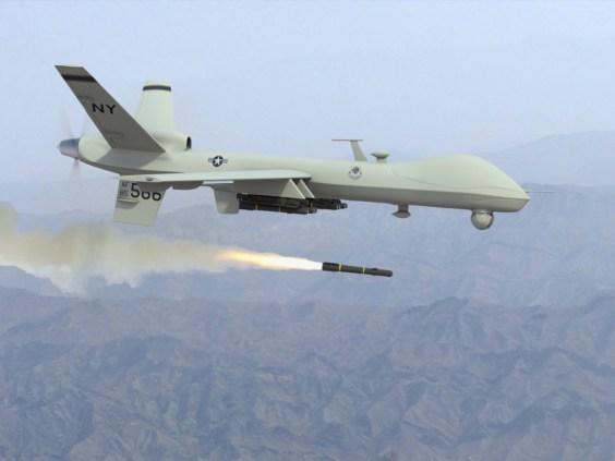 avión militar no tripulado con misiles