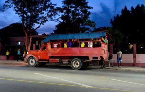 """Transporte privado, las famosas """"camionetas"""" que a diario circulan por la Avenida Victoriano Garzón"""