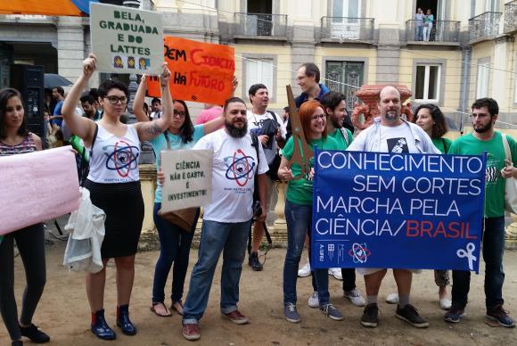 Participantes da Marcha pela Ciência no Rio de Janeiro, em frente ao Museu Nacional