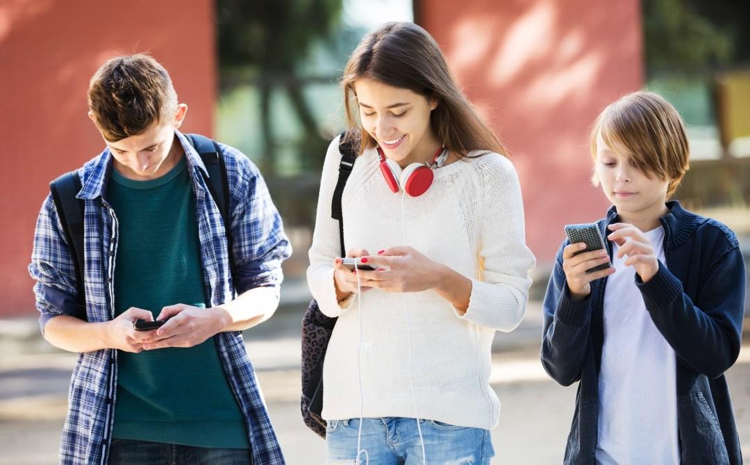 Jovens distraídos com mensagens