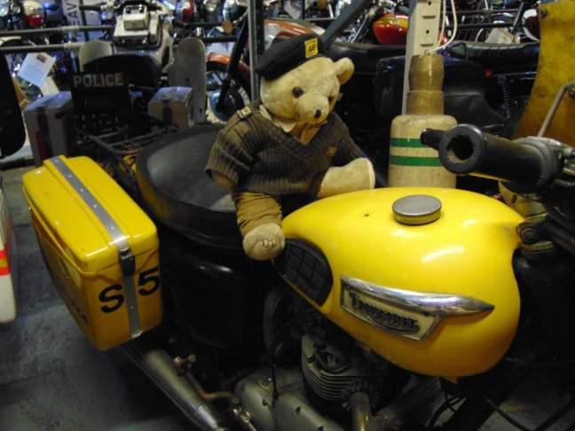 Mały motocyklista w muzeum motocykli