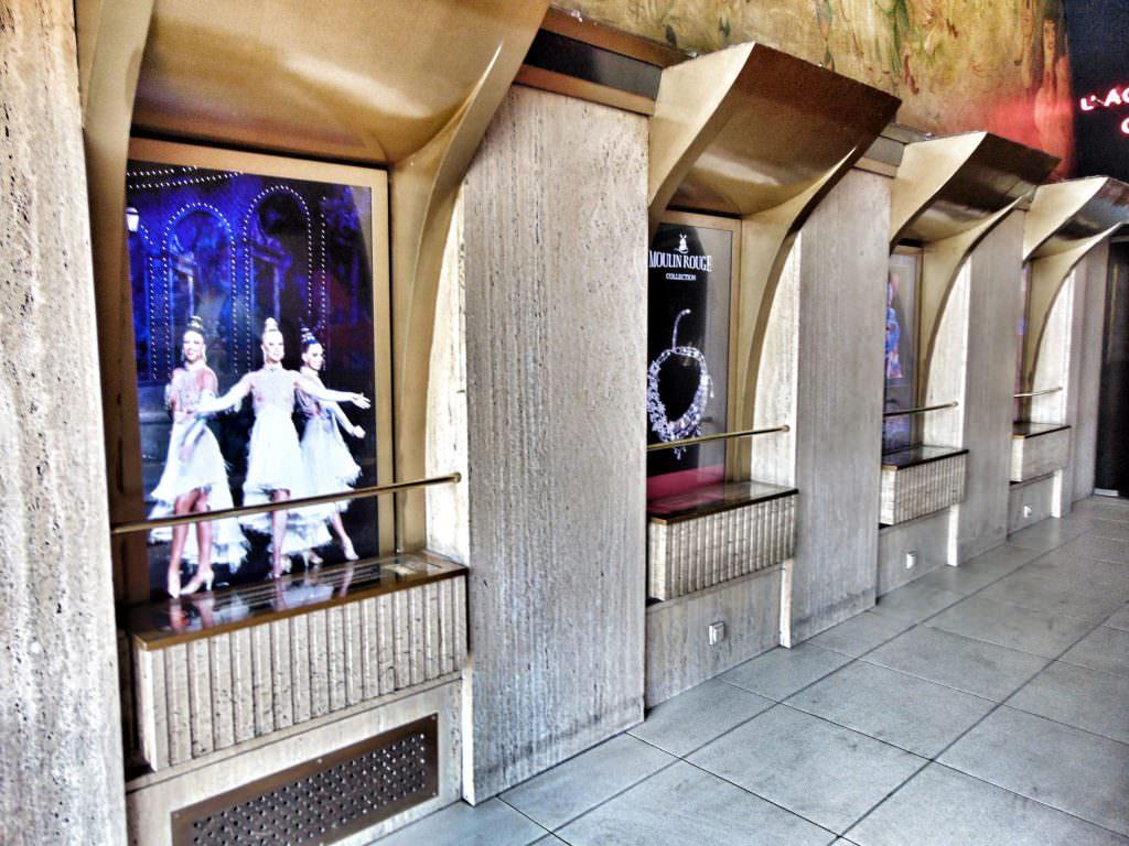 Moulin Rouge - tuż przed wejściem