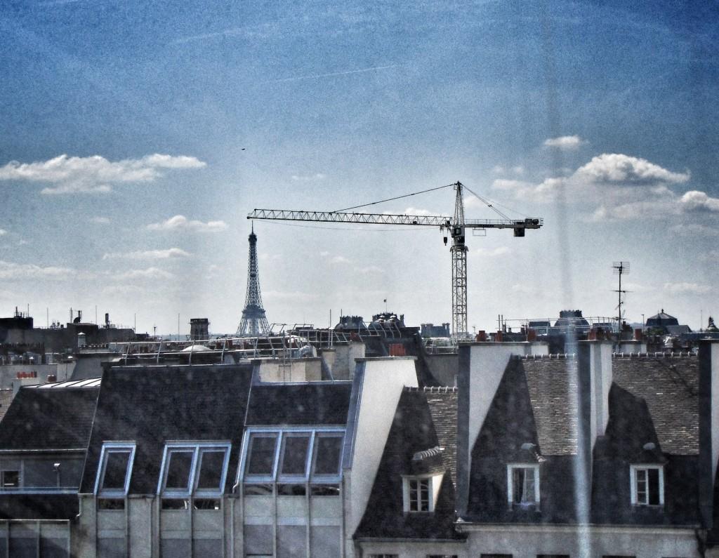 O nie! Ktoś przenosi Wieżę Eiffela!