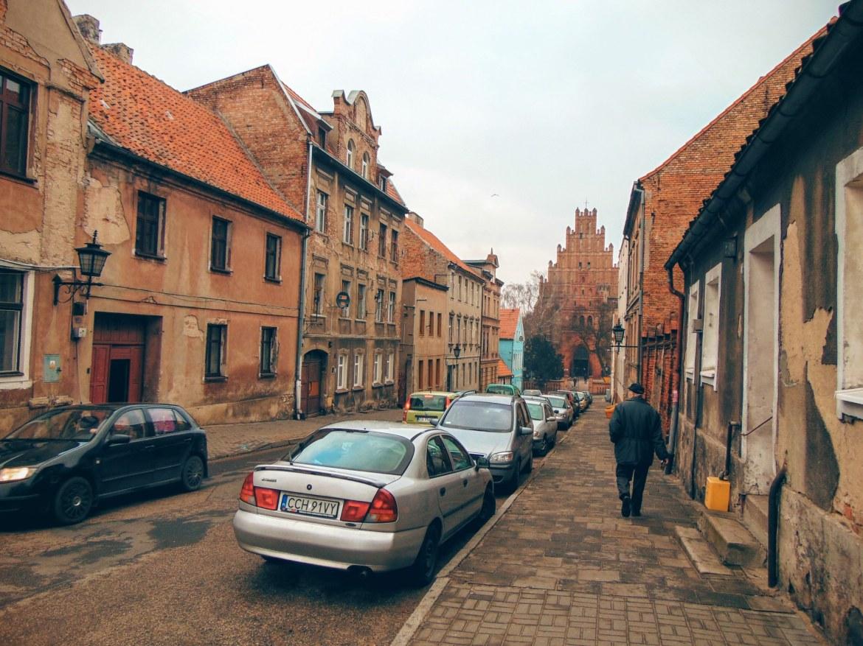 Boczne ulice Chełmna wyglądają na lekko zaniedbane