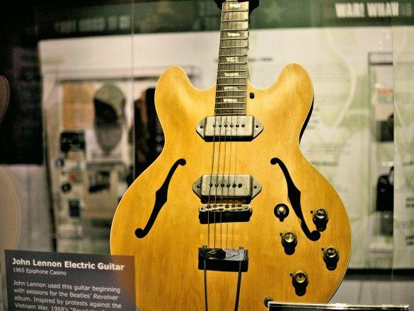 Ta gitara jest pewnie więcej warta niż całe moje mieszkanie...