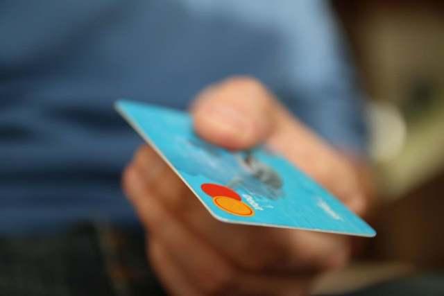 Jak wydawać pieniądze za granicą? Może karta?