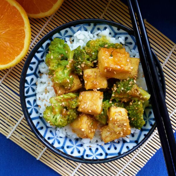 Un plato delicioso al estilo chino de tofu y brócoli con salsa de naranja y jengibre apto para vegetarianos y veganos.
