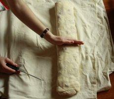 razpolovite in prestavite v pekač obložen s peki papirjem, premažite z oljem