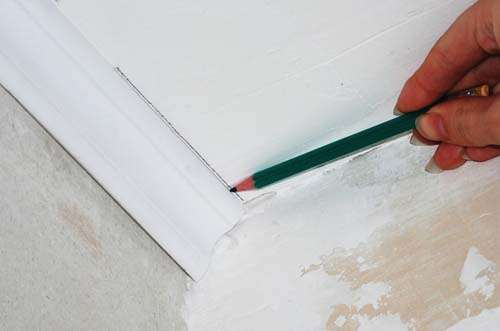 how to cut skirting boards on the ceiling with a miter box