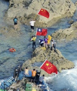 Activists attempted to plant Chinese flags on the Senkaku Islands, which are controlled by Japan, as an assertion of the Chinese regime's sovereignty over the uninhabited islands. (Jingcai Mingren/Weibo.com)