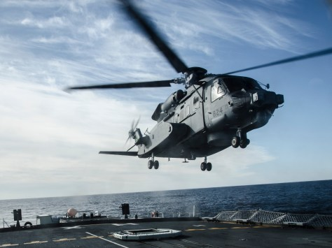 HS28-2016-0001-011 One of Canada's newly acquired CH-148 Cyclone helicopters practices landing procedures on HMCS Halifax off the coast of Nova Scotia on 27 January 2016. Photo: Ordinary Seaman Raymond Kwan, Formation Imaging Services, Halifax. HS28-2016-0001-011 Le nouvel hŽlicoptre CH-148 Cyclone, acquis rŽcemment par le Canada, pratique des manÏuvres dÕatterrissages sur le Navire canadien de Sa MajestŽ (NCSM) Halifax prs des c™tes de la Nouvelle ƒcosse le 27 janvier 2016. Photo : Matelot de 3e classe Raymond Kwan, Services dÕimagerie de la formation, Halifax.
