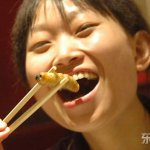 Le cinesi di Beijing a spuntini di vermi