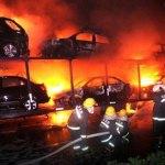 Incendio spettacolare: 20 auto bruciano su un tir