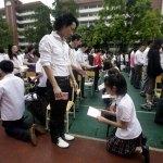 Il giorno della genuflessione per gli studenti cinesi