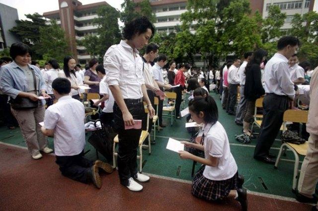 guangzhou-knee-001---Studenti cinesi in ginocchio