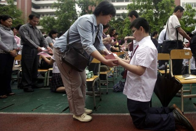 guangzhou-knee-002---Studenti cinesi in ginocchio