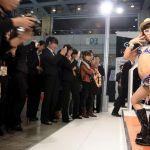 Scandalo all'autosalone del lusso a Wuhan: baby modelle in bikini